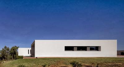 Perfil de la casa en forma de u ventanas pequeñas