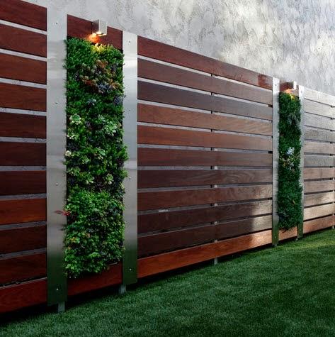 Cerco de casa moderna hecho con madera vertical
