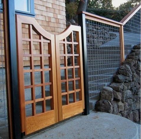 Puerta de madera en cerco perimétrico