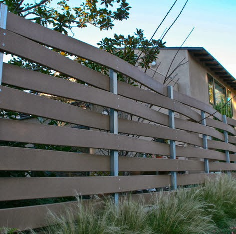 Cerco de casa con madera entramada tipo canasta