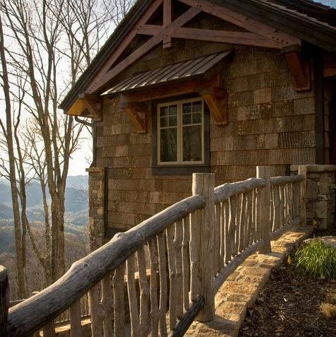Cerco de casa rústica hecho de troncos