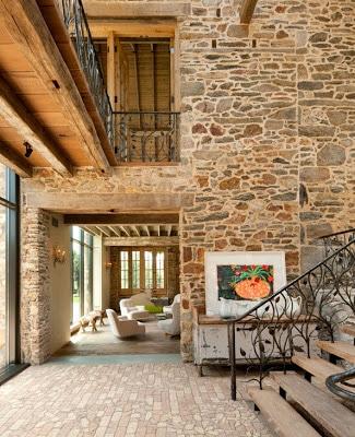 Diseño de interiores, pared de piedra en casa rústica
