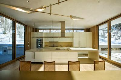 Diseño de cocina de casa moderna en climas con nieve