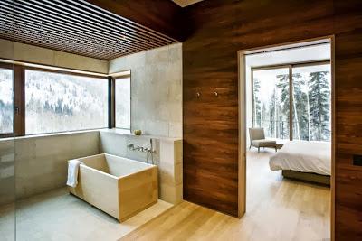 Cuarto de baño con tina de madera