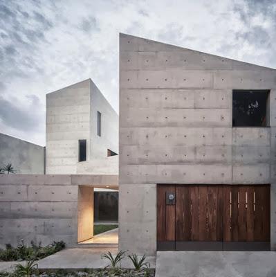 Fachada de moderna casa con terreno irregular