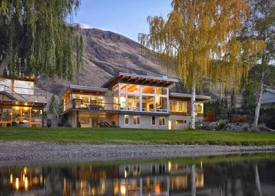 Fachada posterior de casa de campo con vista al río