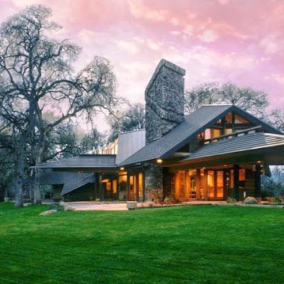 Fachada de casa moderna de campo con gran chimenea