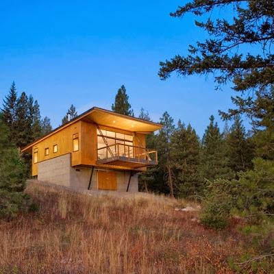 Fachada de casa moderna de campo de madera y piedra