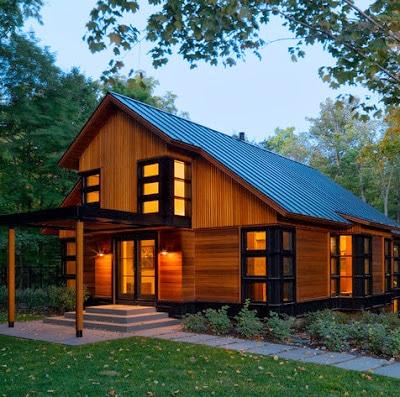 Fachada de casa moderna de campo de dos pisos de madera y hierro