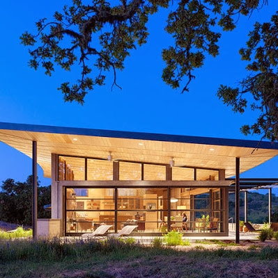 Moderna casa de campo con gran techo inclinado