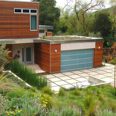 Fachada de casa moderna de campo con techos verdes