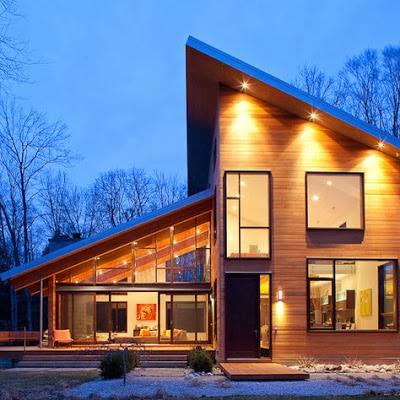 Hermosa fachada de casa moderna con techos inclinados