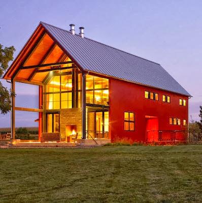 Moderna casa construida en el campo con ventanas grandes