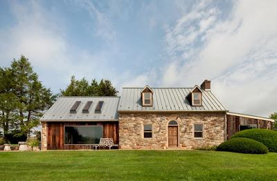 Fachada de casa remodelada de piedra y madera