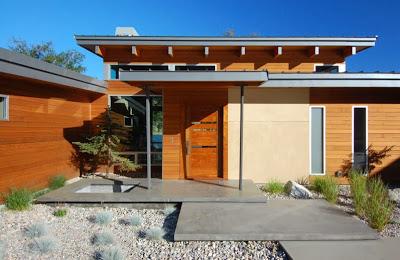 Fachada de madera de casa moderna en el campo