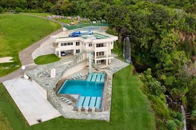 Fachada de mansión ubicada frente al mar de Hawai