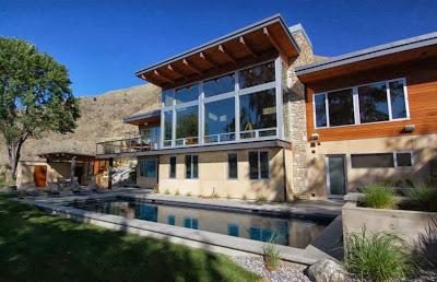 Fachada posterior de casa moderna de campo vista piscina