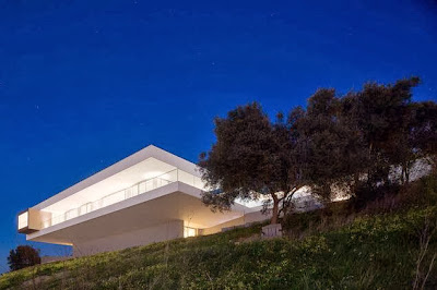 Foto de casa en colina de noche