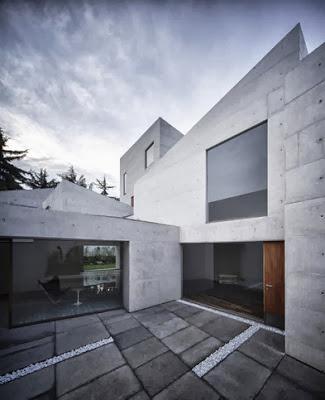 Modelo de casa con fachada de concreto expuesto