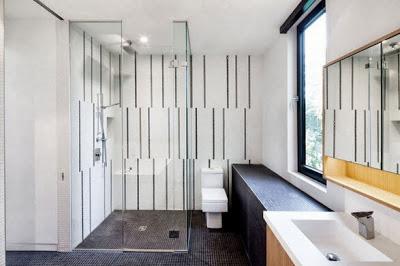 Diseño de moderno baño en casa remodelada