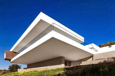 Perspectiva de casa en la colina color blanco