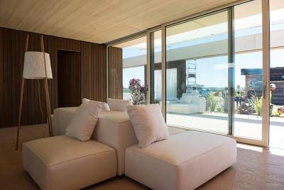 Diseño de sala de casa que funciona energía solar