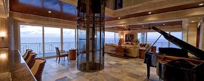 Sala de la mansión con ascensor circular