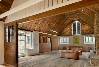 Techo de bambú delgado en casa rústica de campo