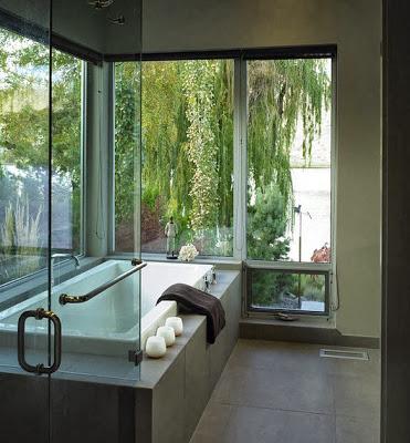 Tina del cuarto de baño con vista al bosque