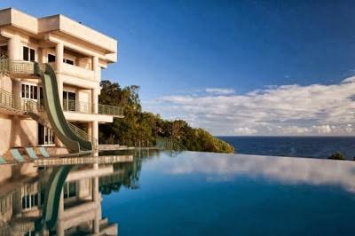 Tobogan a piscina de la mansión