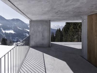 Vista de los Alpes Austríacos desde la pequeña casa cubo