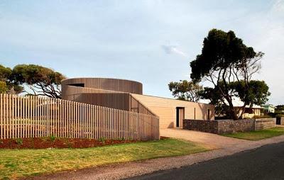 Diseño de casa de madera con cerco