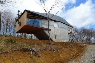 Diseño de casa de dos niveles elevada del suelo
