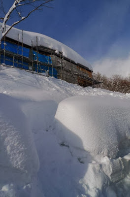 Altura de la nieve que no llega a cubrir la casa