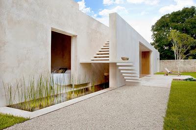 Moderna escalera de casa hacienda con peldaños calados