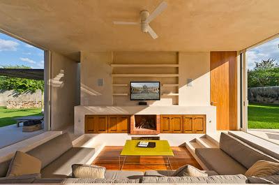Amplia y moderna sala en la casa hacienda