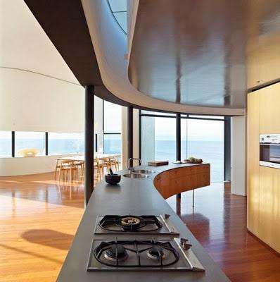 Diseño de moderna cocina circular de casa en el acantilado