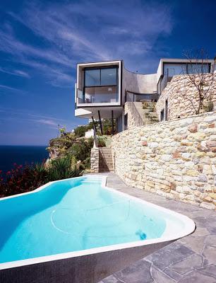 Fachada de hermosa casa en el acantilado