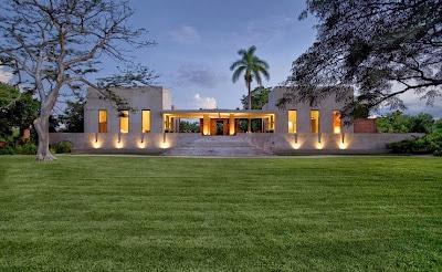 Fachada de moderna casa hacienda