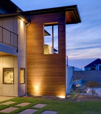 Iluminación nocturna de la casa en la montaña