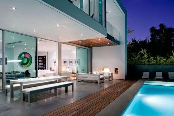 Terraza de casa con piscina iluminada
