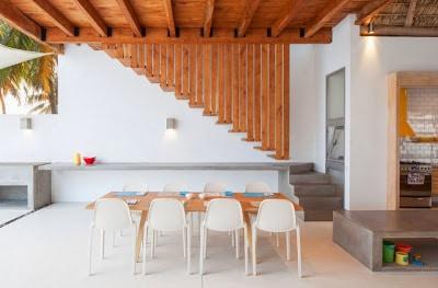 Vista del comedor de casa de madera y bambú