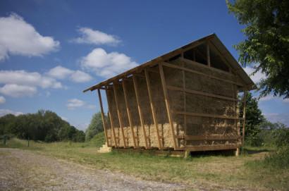 Armazón de madera de casa de bloques heno
