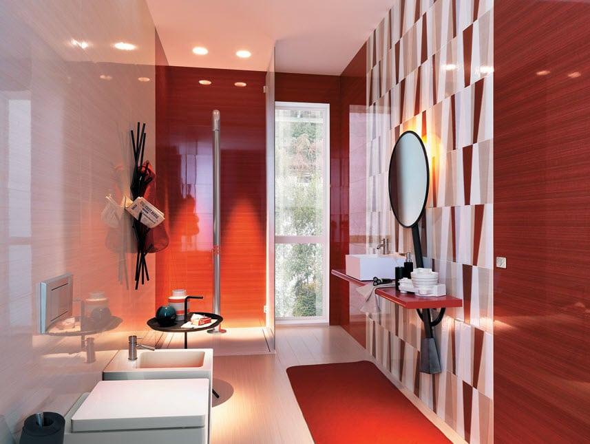 Brillante cuarto de baño con azulejos rojos y sanitarios blancos