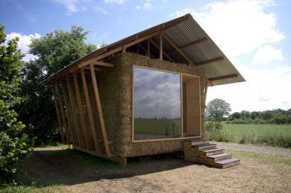 Casa hecha de paja y madera, vista frontal - fachada