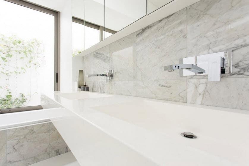 Detalle de los lavabos del cuarto de baño de la casa
