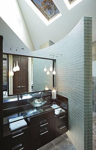 Diseño de cuarto de baño con pequeños azulejos y lavabo de cristal