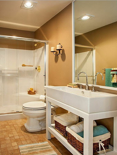 Diseño de cuarto de baño con pared marrón y sanitarios blancos