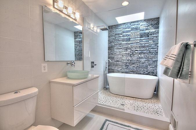 Diseño de cuarto de baño blanco con tina