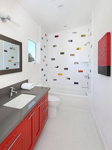 Diseño de moderno cuarto de baño blanco, gris y rojo